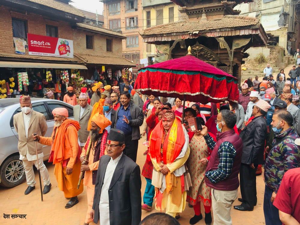 कुटुमठका नवनियुक्त महन्थ सीताराम गिरिको शोभायात्रा।